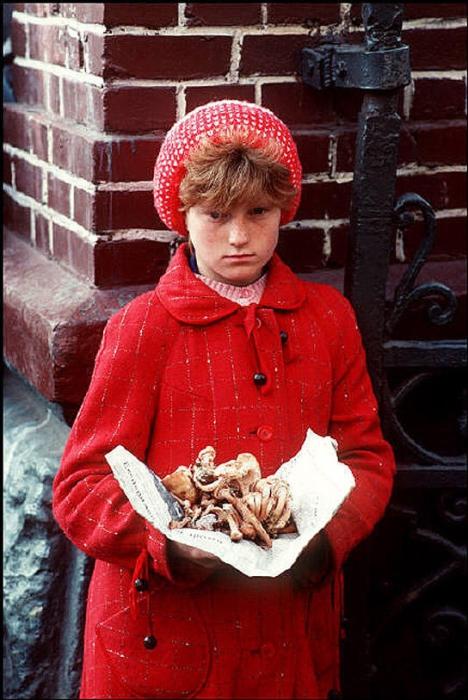 Девочка продаёт сушённые грибы на львовском рынке, 1988 год. Фотограф Бруно Барби (Bruno Barbey). 3.