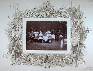 Император Николай II, императрица Александра Федоровна, великие князья Михаил Николаевич и Владимир Александрович, военные чины во время высочайшего завтрака в лесу после смотра войск.