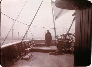 Часовой матрос на палубе у штурвала в кормовой части яхты Штандарт.