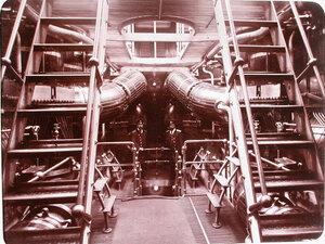 Офицеры в машинном отделении яхты Штандарт.