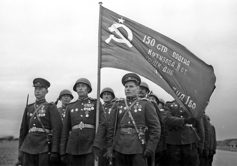 31-Знамя Победы, водруженное над Рейхстагом в Берлине, 1945.jpg