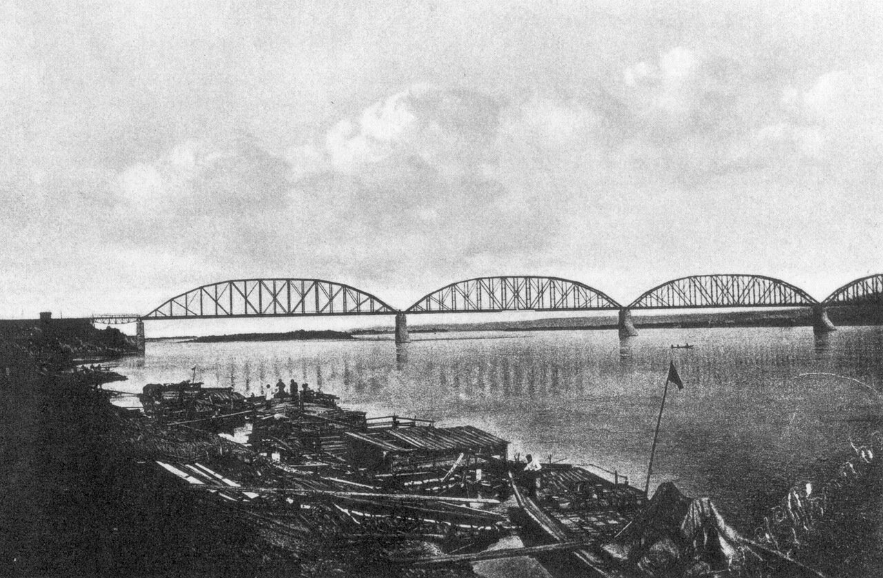 Берег реки Енисей у железнодорожного моста