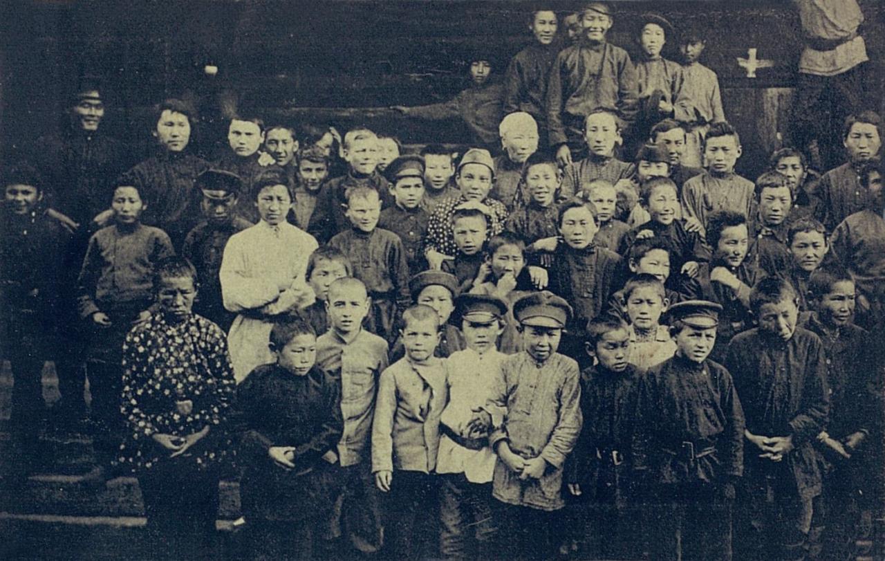 Группа якутских учеников