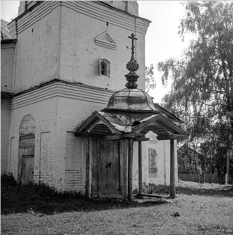 Окрестности Галича. У входа в Троицкую церковь села Чмутово