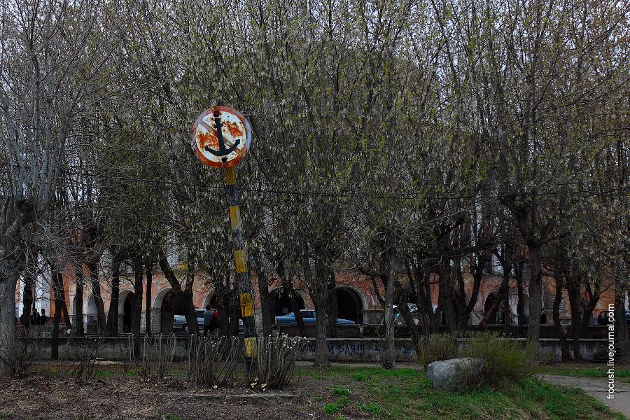 За деревьями виднеются очертания здания речного вокзала Твери