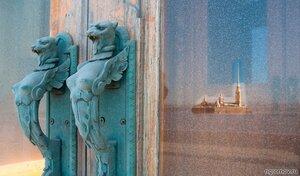 Сфинксы и отражение (дверь, отражение, Петербург, Петропавловский собор, сфинкс)