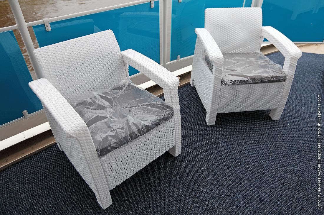 новые пластиковые кресла на корме средней палубы