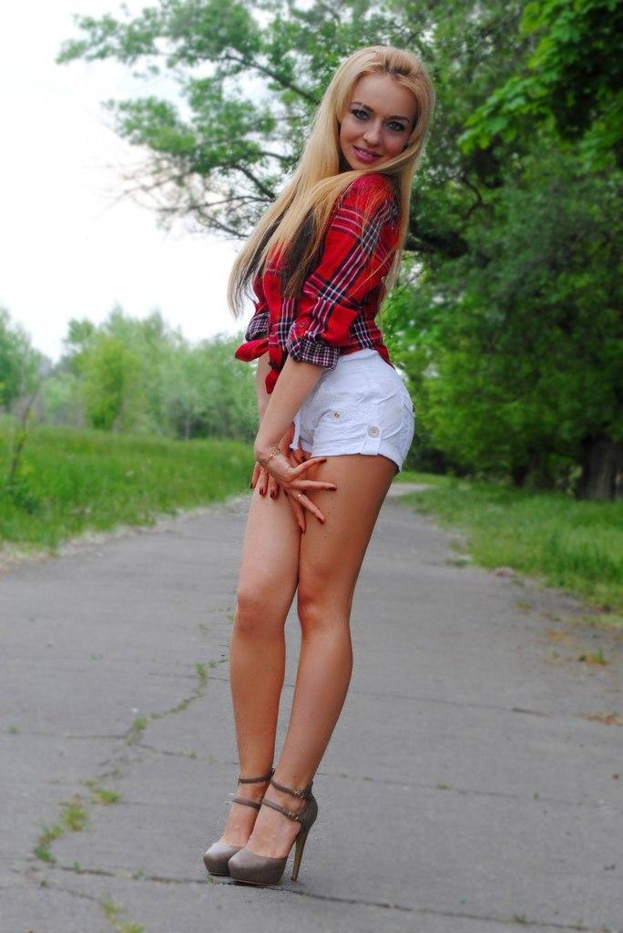 Блондинка В Мини Юбке