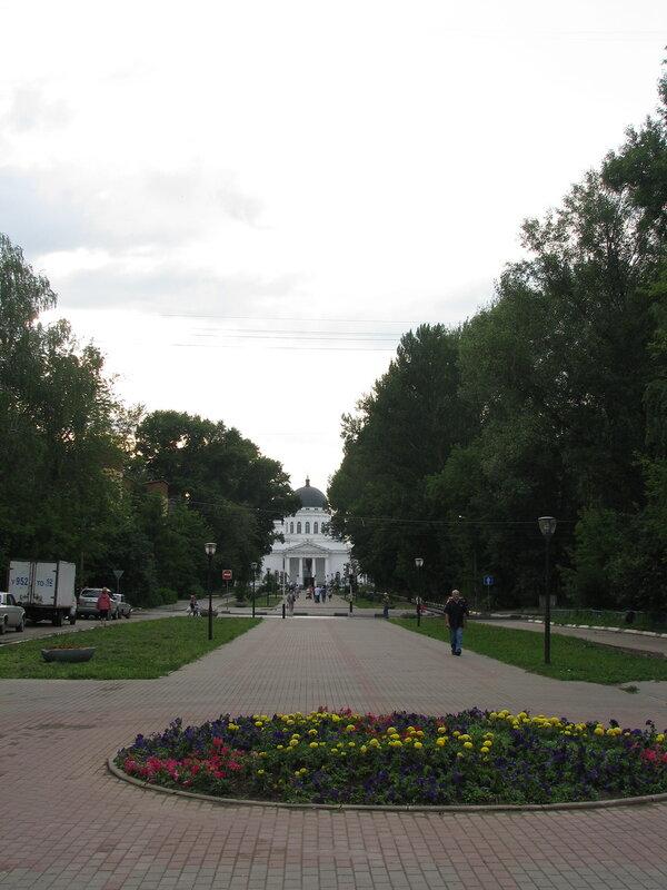 Аллея между Спасским собором и главным зданием Нижегородской ярмарки