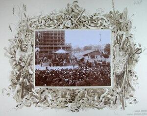 Горожане на [площади] в момент отбытия императора Николая II и императрицы Александры Федоровны после осмотра строящегося собора.