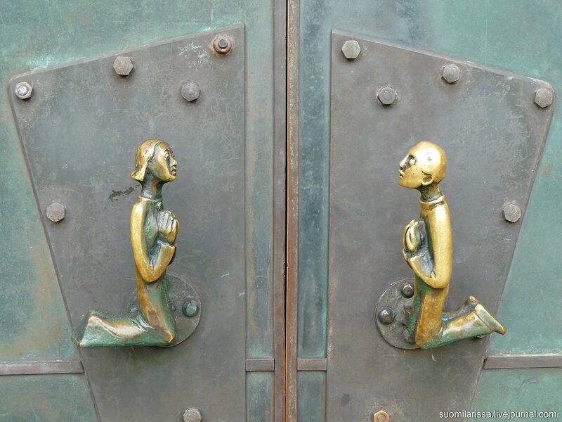 Ручки двери церкви.