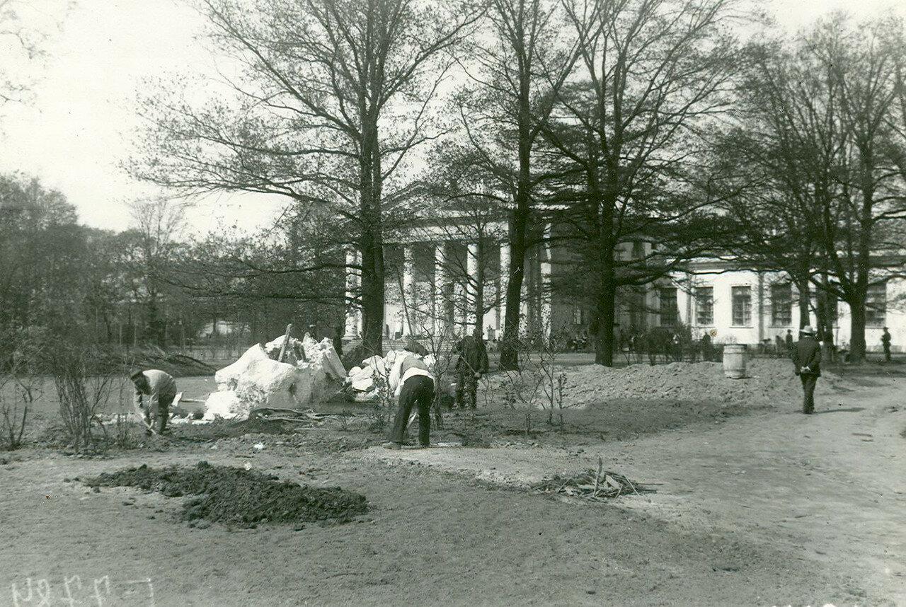 Уборка парка у Таврического дворца. 27 апреля 1906