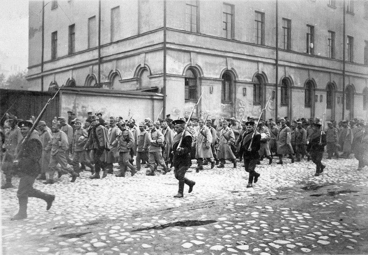 07. Колонна австрийских военнопленных в сопровождении конвоя проходит по Суворовскому проспекту