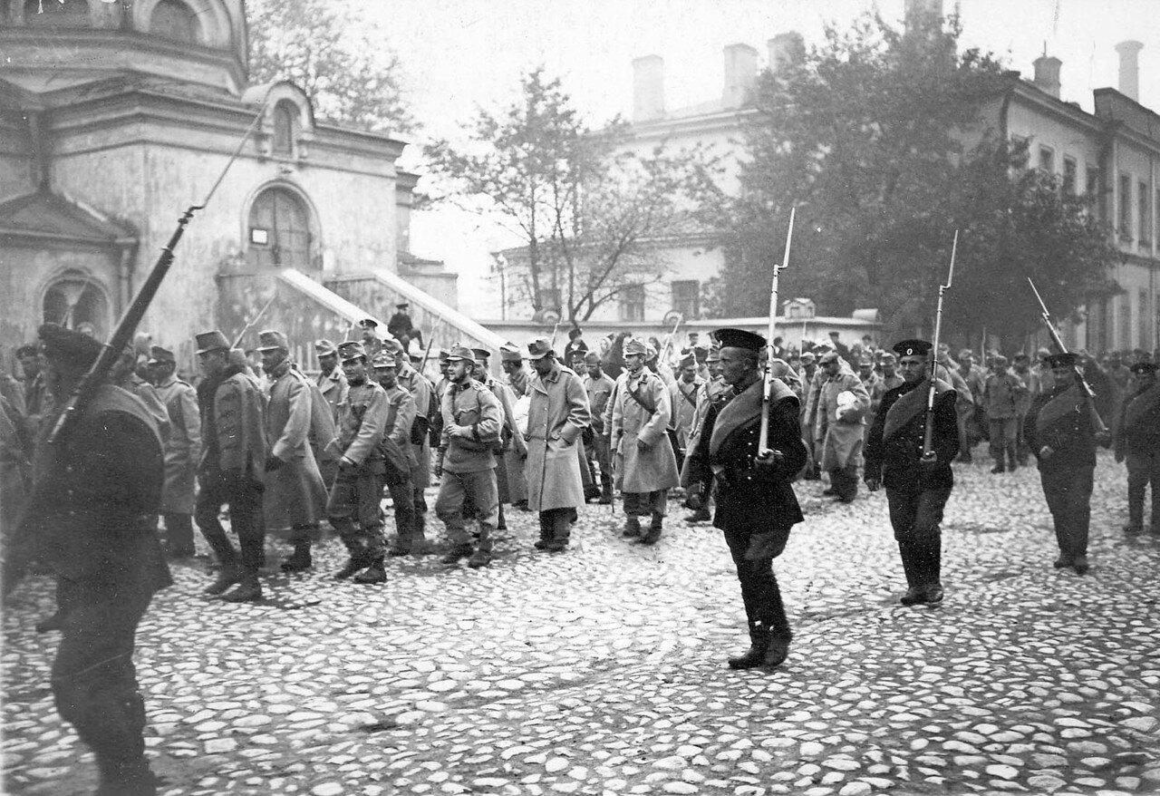 10. Колонна австрийских военнопленных в сопровождении конвоя проходит по Суворовскому проспекту