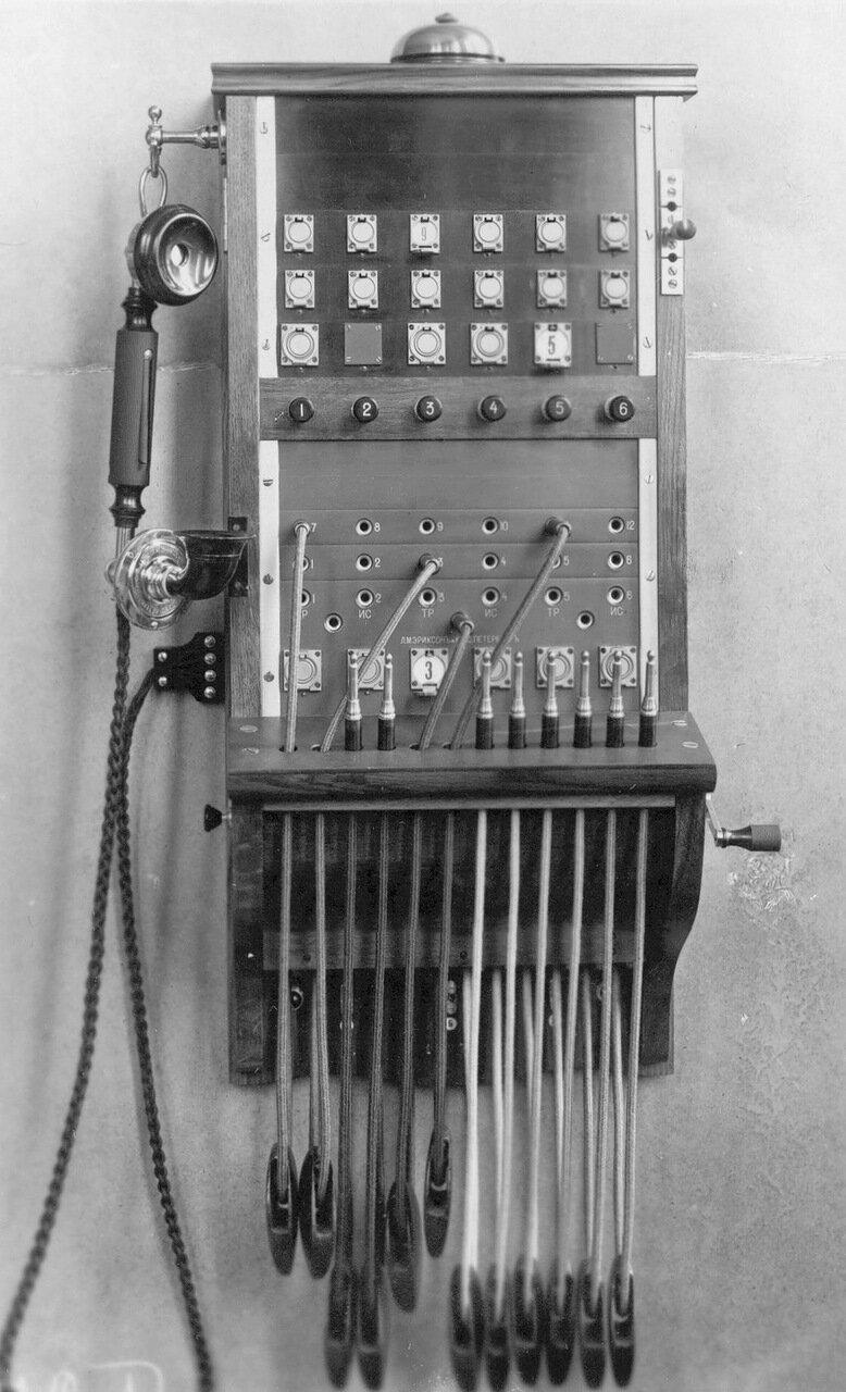 14. Внешний вид стенного коммутатора на 21 номер с индукторным фоническим вызовом, устанавливаемым на центральной станции