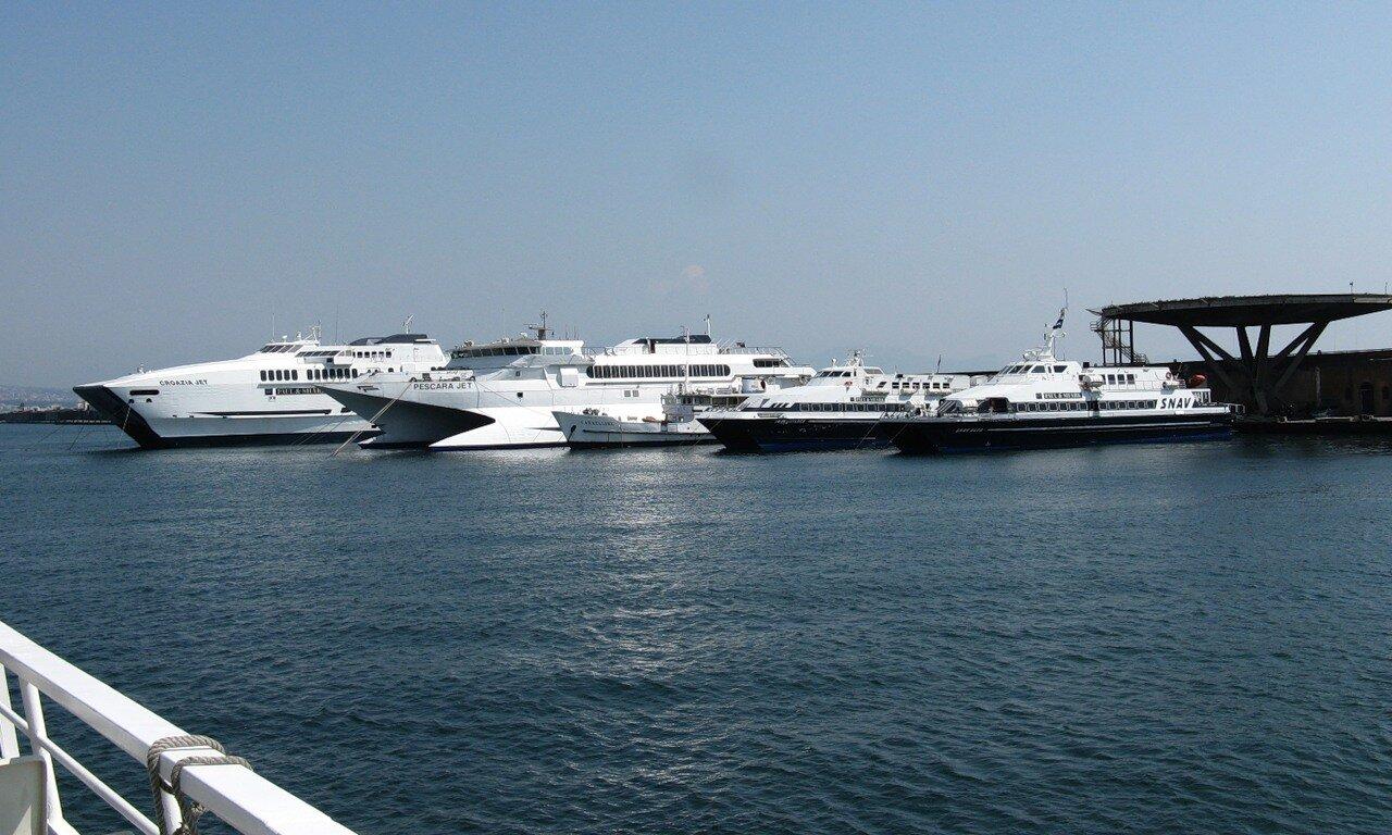 Неаполь. Морской порт. Теплоходы компании SNAV