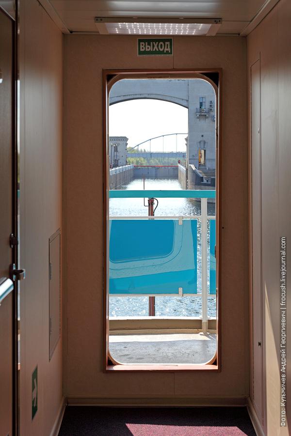 открытая носовая дверь на шлюпочной палубе теплохода