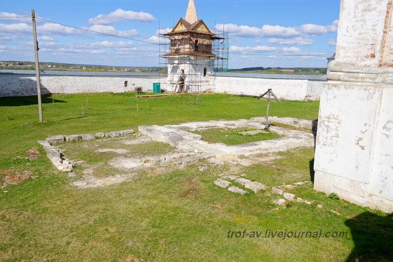 Фундамент из надгробий храма Преподобного Феромонта. Можайский Лужецкий Ферапонтов монастырь, Можайск