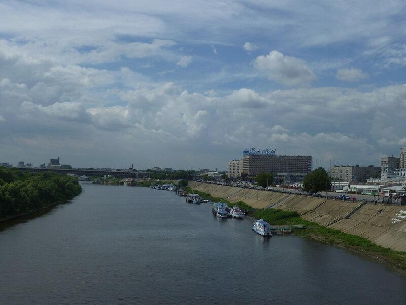 Вид с моста на часть Оки - справа с синими буквами - наш жутковатого вида отель:)