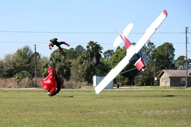 Фотографии столкновения парашютиста и самолета 0 133524 34f5a5b1 orig