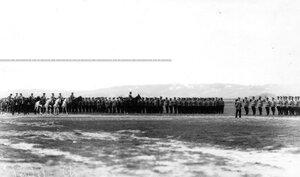Император Николай II  в сопровождении свиты объезжает юнкеров в день производства их в офицеры.