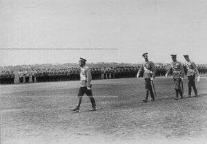 Император Николай II и великий князь Константин Константинович  проходят по плацу перед строем посвящения юнкеров в офицеры.