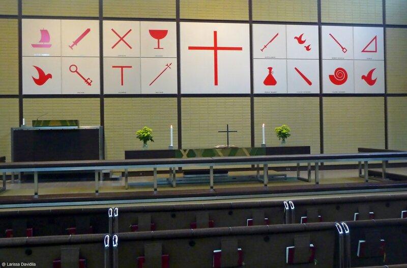 Алтарь церкви - символы апостолов.