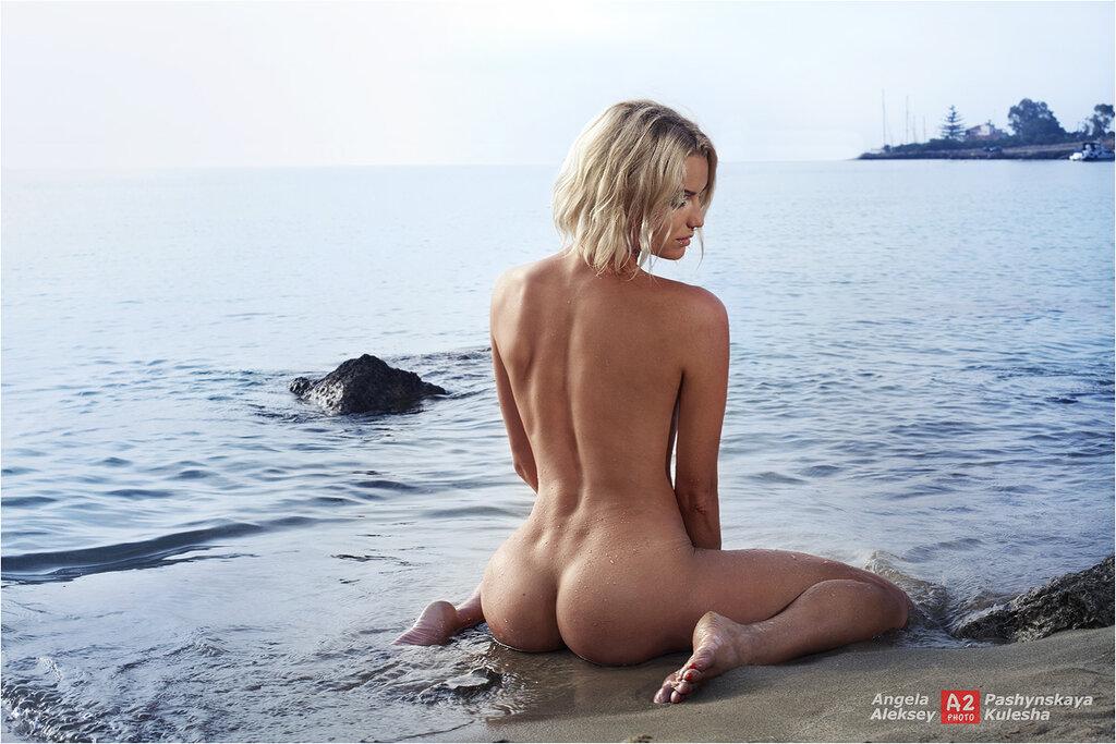Блондинка ню на пляже