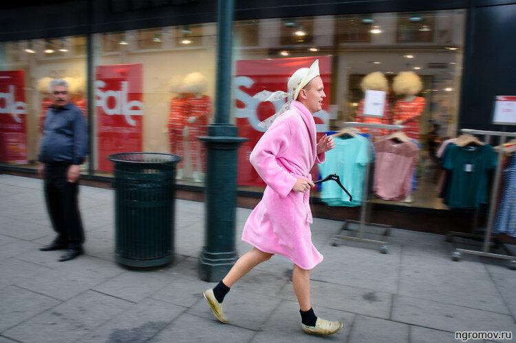 Бегун в легкомысленной шляпке (бегун, вешалка, розовый, халат)