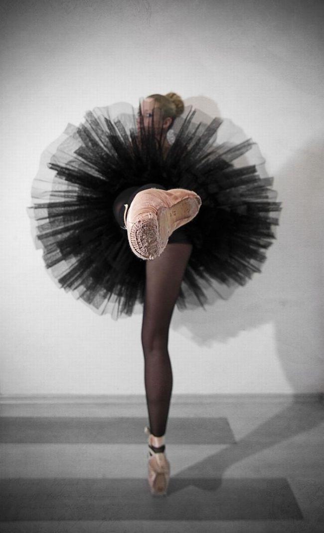 балерина в черном платье