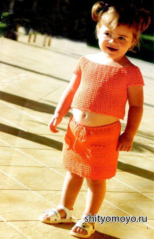 Летняя детская юбка на девочку 4-6 лет связана крючком из пряжи кораллового цвета.  Украшают юбку ажурная кайма и...