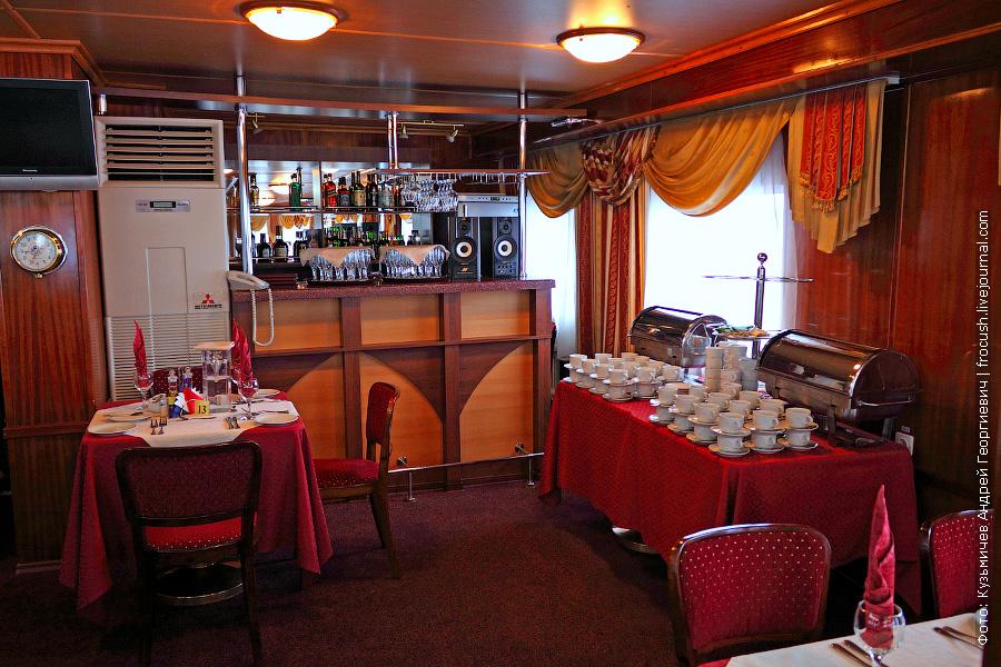 Бар в панорамном ресторане на 60 человек в носовой части шлюпочной палубы теплохода «Н.А.Некрасов»