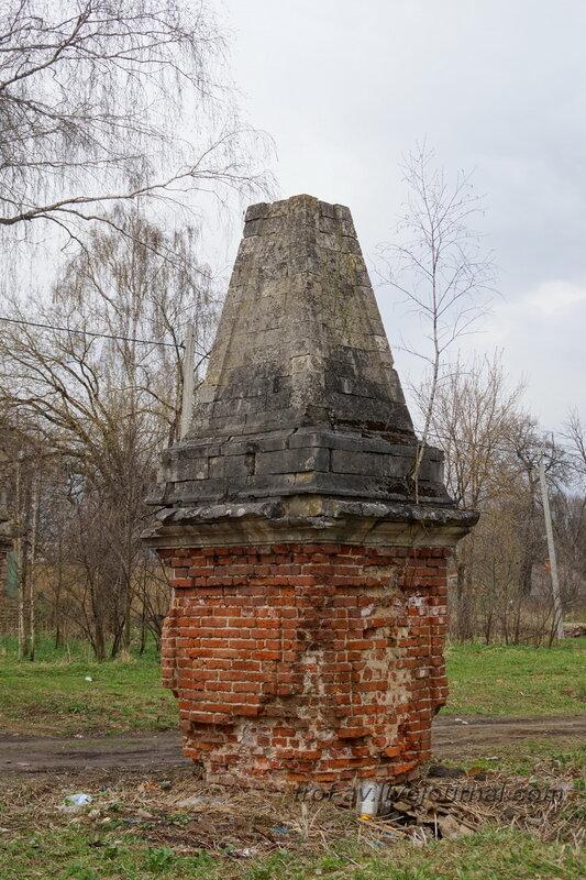 Остатки въеддных ворот. Усадьба Петровское-Княжищего Демидовых-Мещерских
