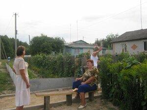 Прогулка по улице Победы.У дома Пиреевой Нины Ивановны -молодёжь фотографироваться стесняется:)!