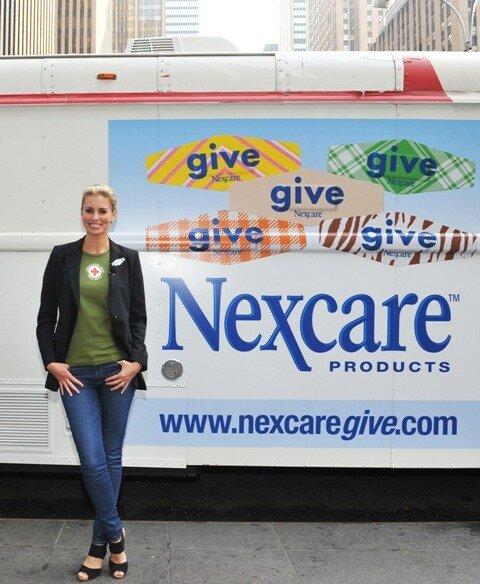 Супермодель Ники Тейлор поддержала ежегодную программу Nexcare для доноров