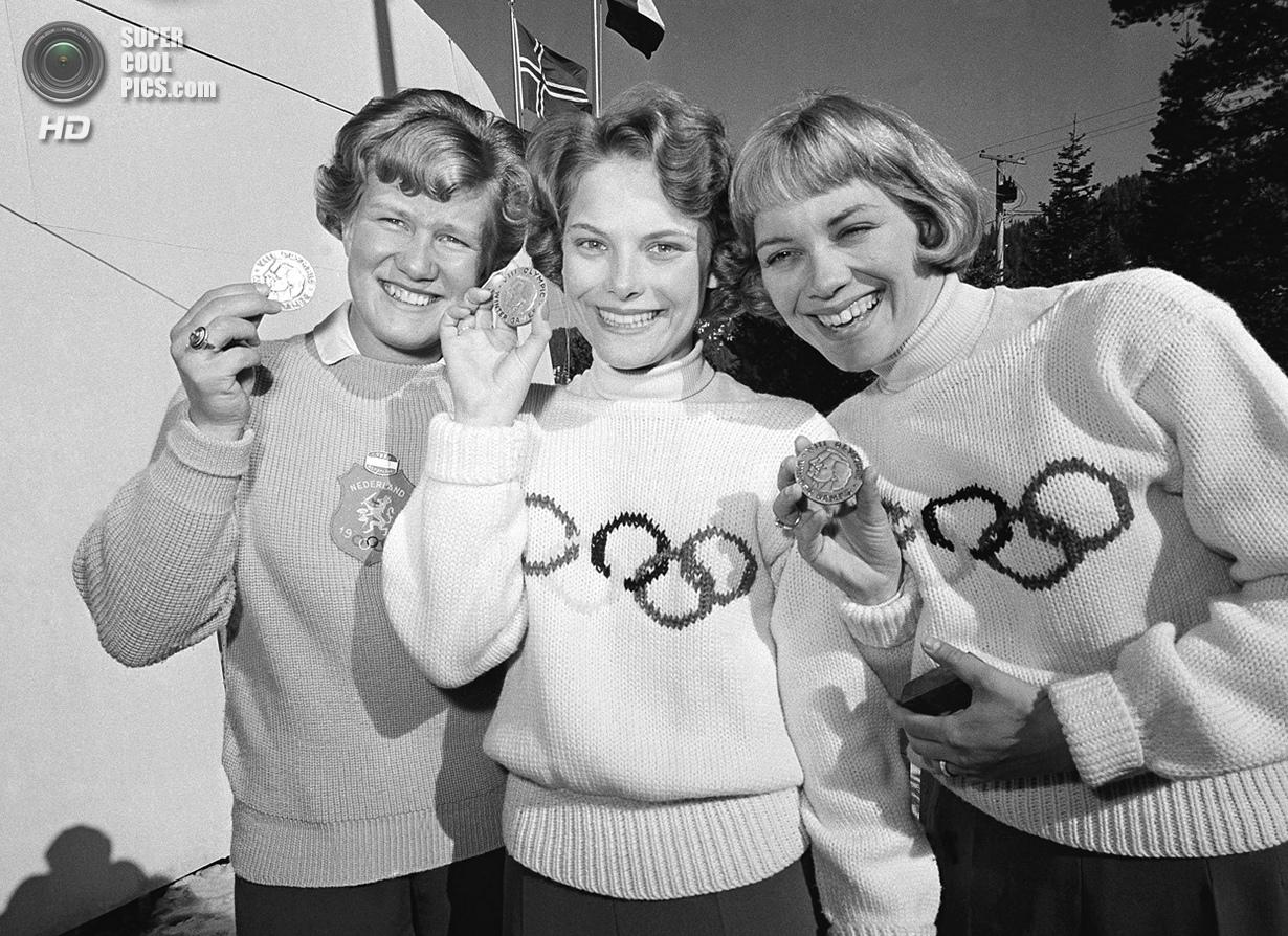 США. Скво-Вэлли, Калифорния. 21 февраля 1960 года. Кэрол Хейсс из США (в центре), Шаукье Дейкстра из