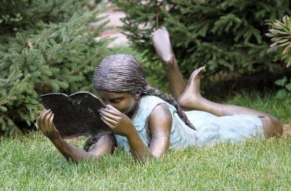 Памятник читающей девушке (Владивосток)