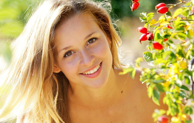 красивая девушка улыбается / beautiful smiling girl
