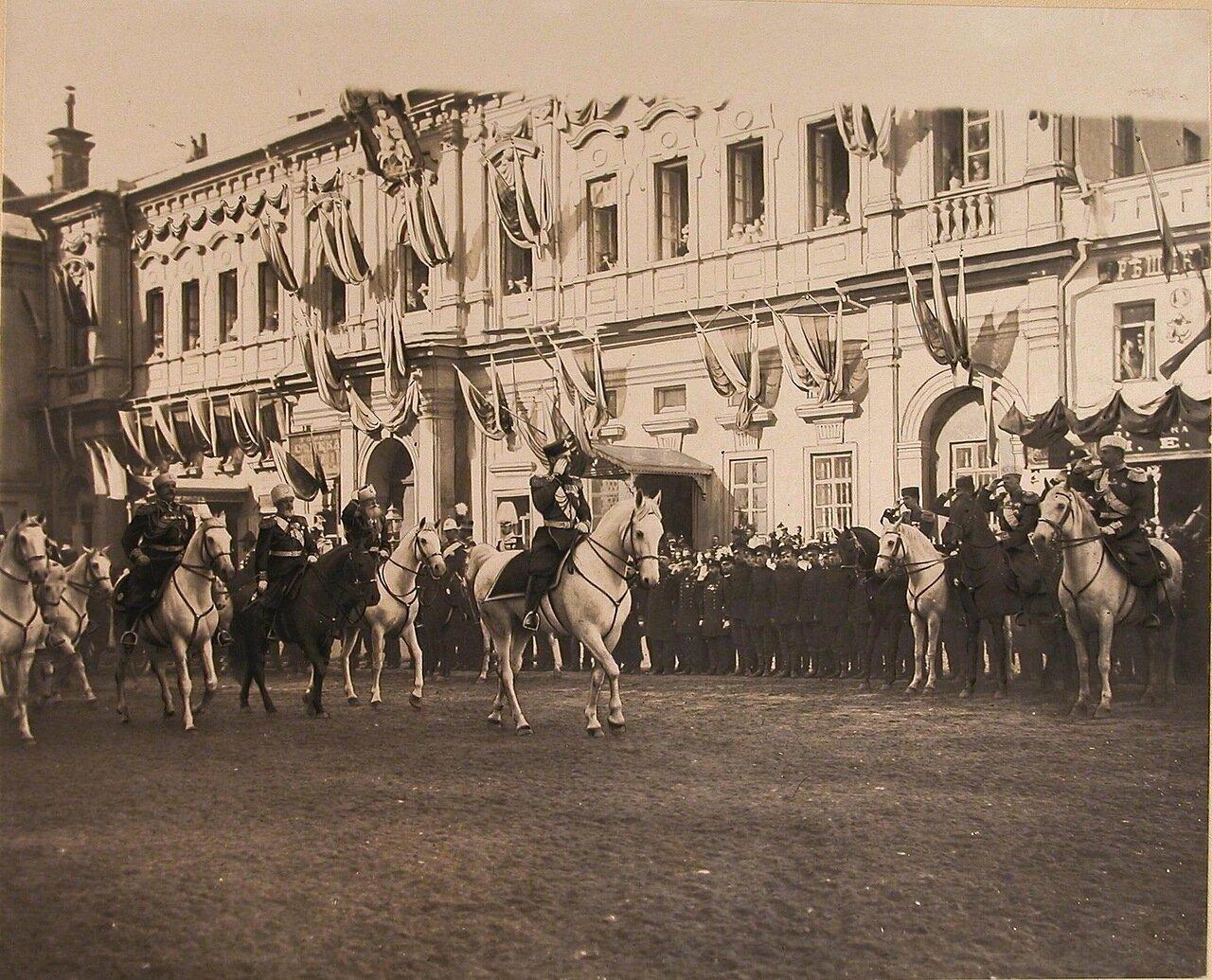 Император Николай II (впереди на белом коне) со свитой на Красной площади у Воскресенских ворот в день торжественного въезда в Москву их императорских величеств