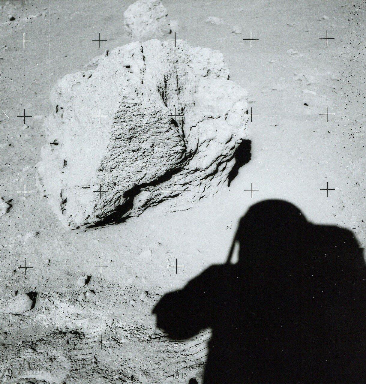 Они сделали 16 фотографий валуна, Скотт молотком отколол от него несколько кусков, которые они собрали, и затем астронавты даже перевернули валун и взяли образцы грунта из-под него, чтобы можно было узнать, как долго он на этом месте пролежал