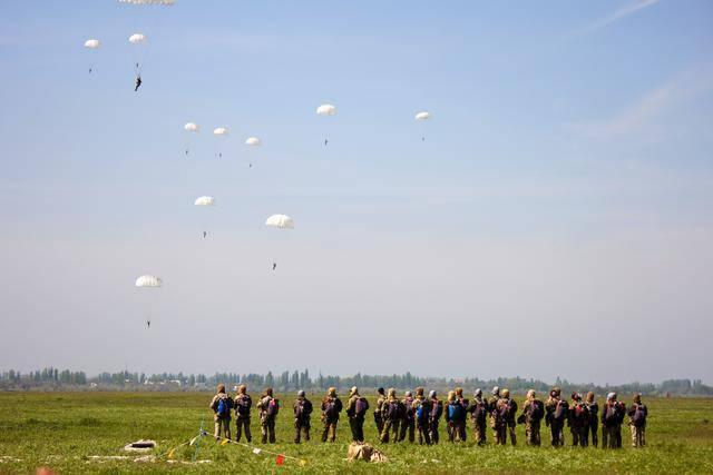 """""""С оружием и в полной амуниции, с различных высот и на разных скоростях полета"""", - военнослужащие ССО практиковались в прыжках с парашютом. ФОТОрепортаж"""