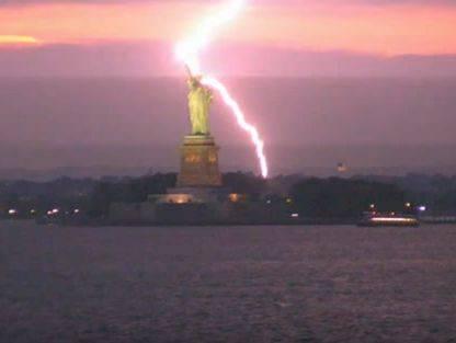 Символ Америки устоял: Огромная молния ударила в статую Свободы (видео)