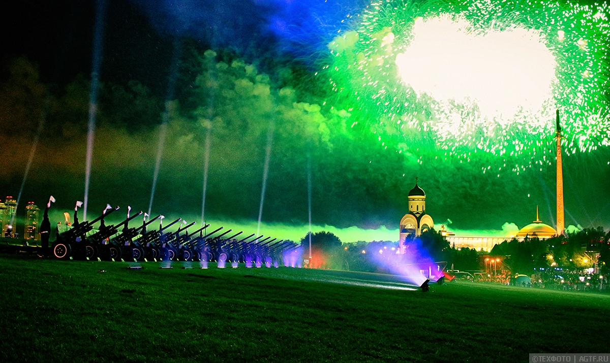 Праздничный артиллерийский салют в честь Дня Победы.