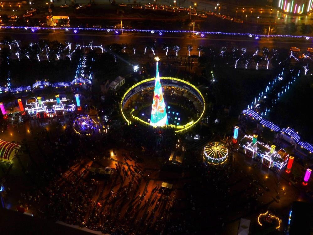 Самые большие рождественские елки года в разных городах мира