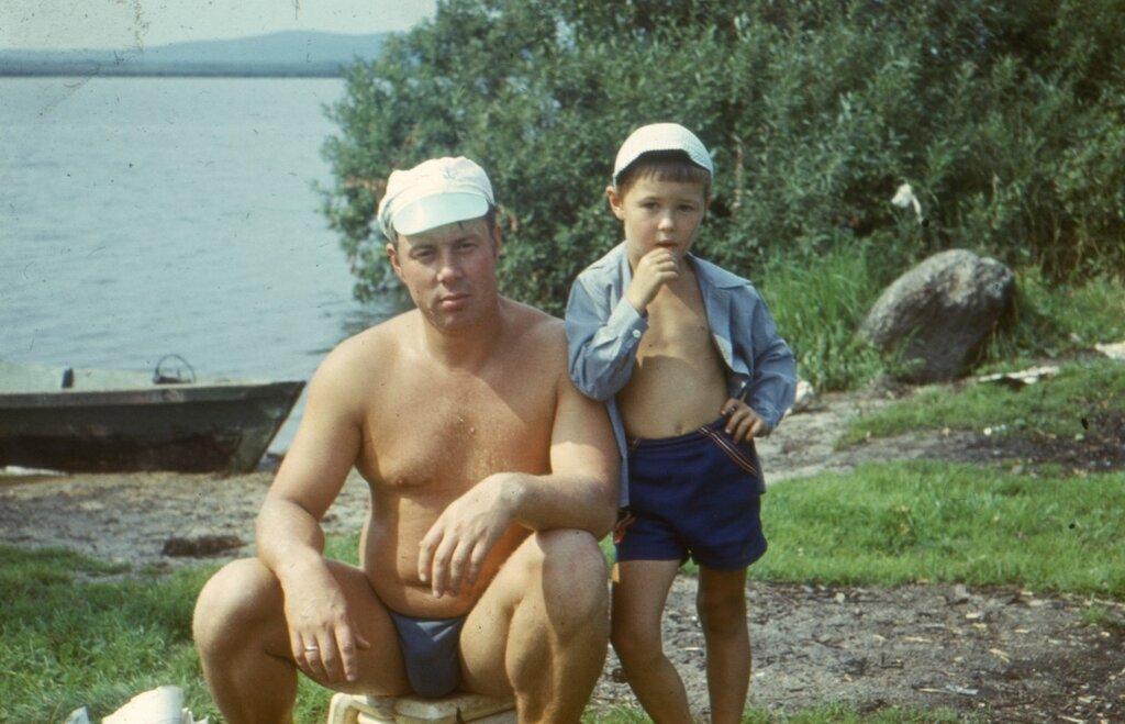 Свердловск, Верх-Исетский пруд, рыбалка. Начало 1980-х. Отец с братом