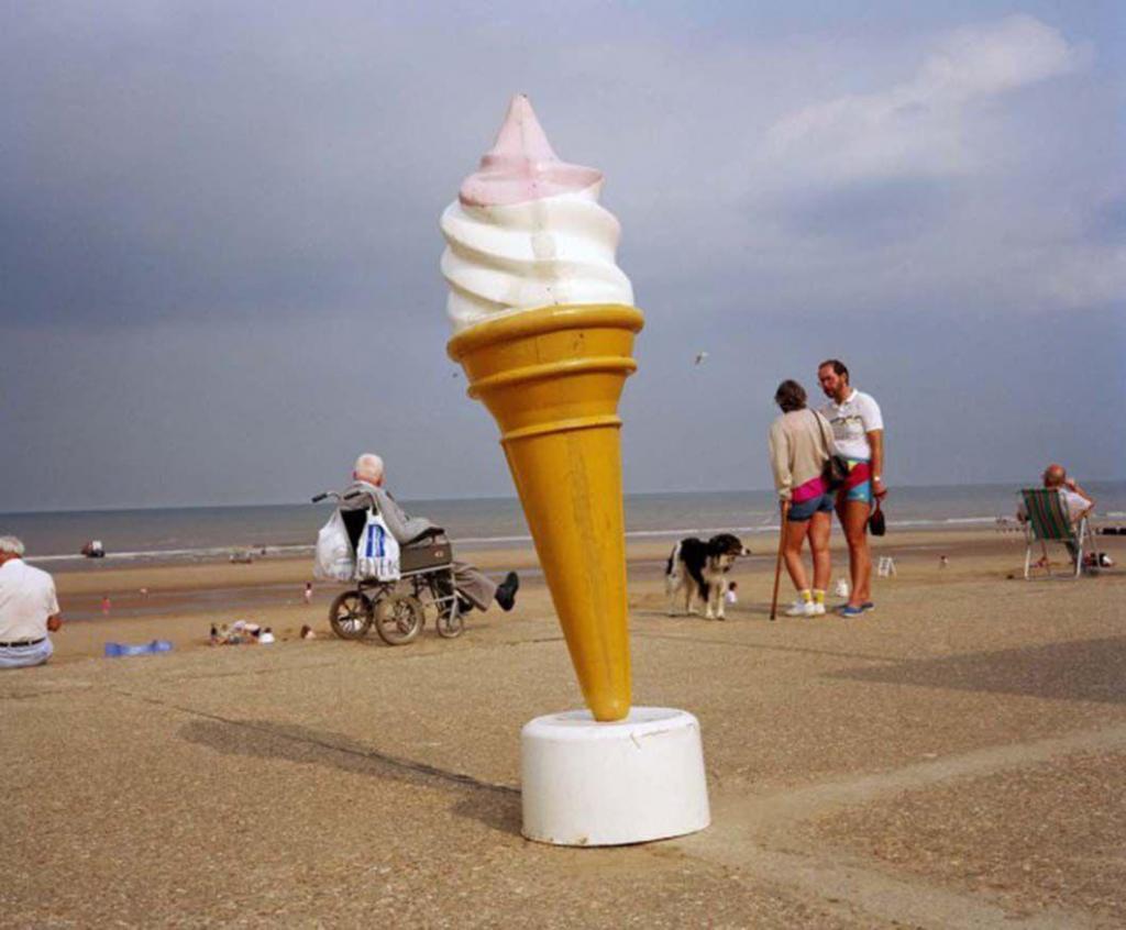 Мартин Парр называет пляж «театральной сценой, действие на которой постоянно меняется». В зависимост