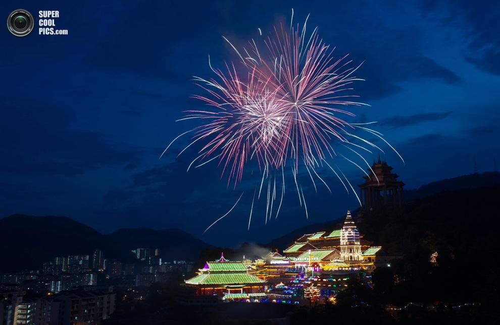 Фейерверк взрывается в небе над буддийскимхрамом Кэк Лок Сы,Пинанг,Малайзия.(AP Photo/Gary C