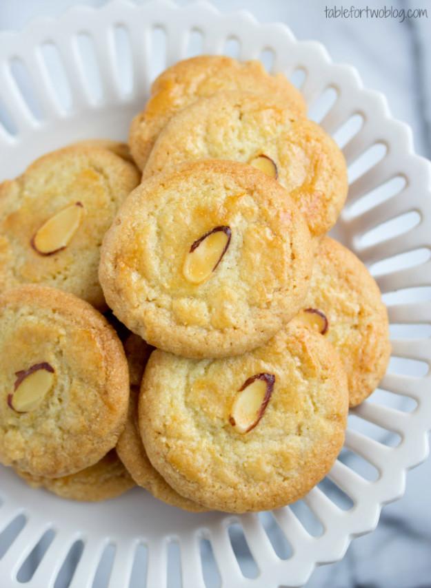 Миндальное печенье напоминает монеты и символизирует удачу в новом году.