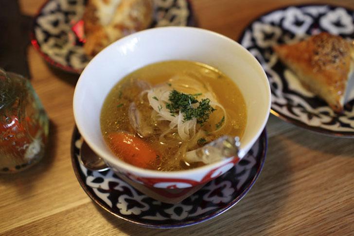 Шурпа — насыщенный и жирный суп из баранины и овощей. Самые известные разновидности — кайтнама, где