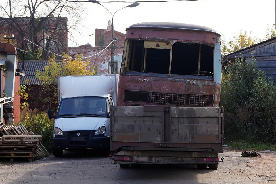 Кузов снимали с фуры при помощи крана, а в процессе — ставили на специальные тележки под колеса, что